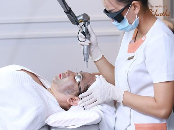 kỹ thuật viên thực hiện trị nám tàn nhang với laser