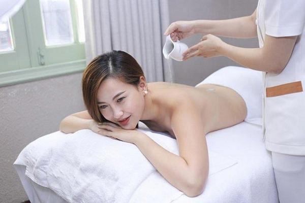 Khách hàng trải nghiệm tắm trắng da Dr Muller tại Khơ Thị