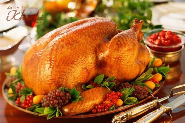 Một đĩa gà tây quay được trang trí đẹp mắt, Thịt gà tây cung cấp protein cho cơ thể