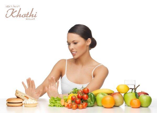 Hạn chế thức ăn nhanh và đồ ngọt giúp mặt thon gọn nhanh hơn