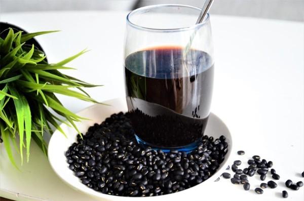 Uống nước đậu đen rang là cách đơn giản giúp giảm cảm giác thèm ăn