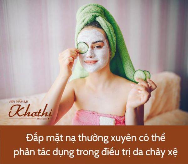 Người phụ nữ đang đắp mặt nạ dưa leo cấp ẩm và dưỡng chất trực tiếp lên da mặt, giúp da có môi trường tốt nhất để trao đổi chất