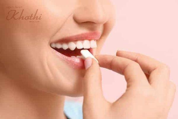 Người phụ nữ đang nhai kẹo cao su sẽ giúp cơ mặt được vận động