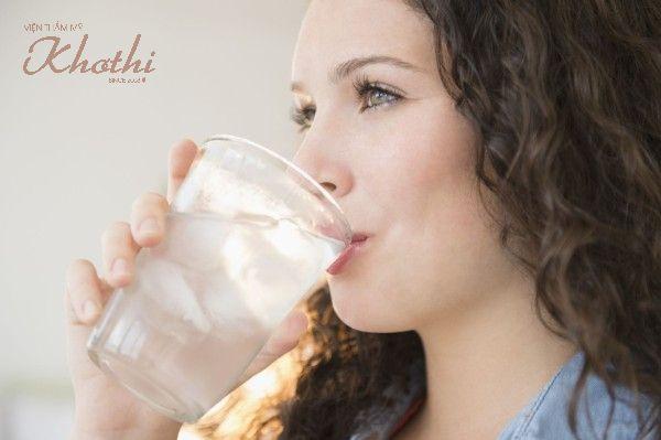 Uống nước đá là một trong những cách làm thon mặt bằng đá lạnh đơn giản nhất