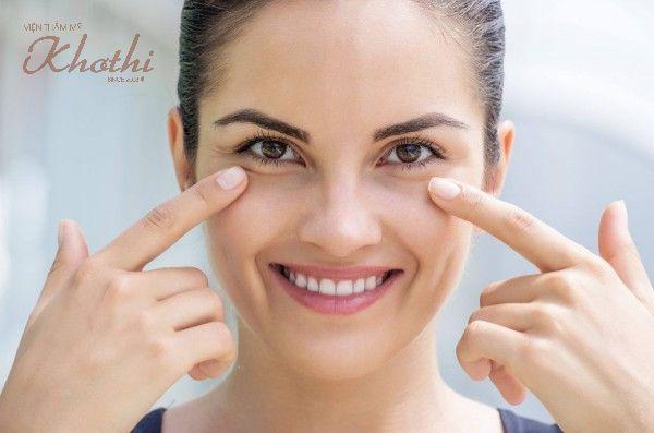 Kiên trì massage trực tiếp đá lạnh lên vùng mắt giúp giảm bọng