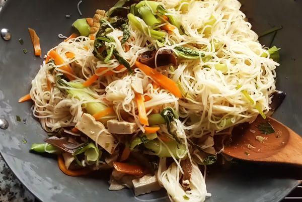 Sợi hủ tiếu tươi kết hợp đậu hũ xào chay