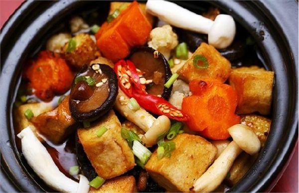 Đậu hũ kho sả ớt, kết hợp thêm ít nấm.