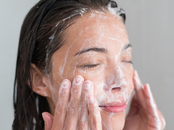 Làm sạch da là bước quan trọng trước khi thực hiện massage mặt