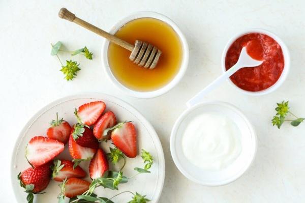 Mặt nạ mật ong dâu tây giúp khắc phục tình trạng làn da chảy xệ