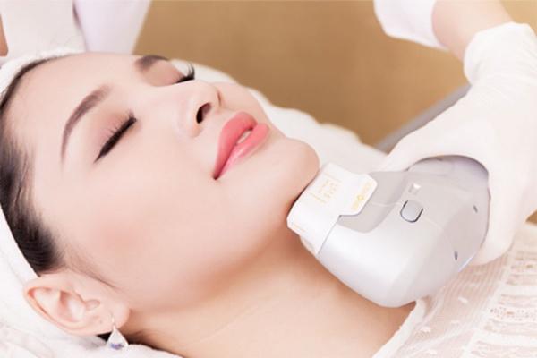 Người phụ nữ đang sử dụng công nghệ nâng cơ mặt Hifu giúp làn da săn chắc và trẻ hóa lên đến 10 tuổi chỉ sau một lần thực hiện