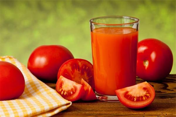 Món sinh tố cà chua nguyên chất tốt cho việc giảm cân. Một ly sinh tố cà chua và những trái cà chua bên cạnh