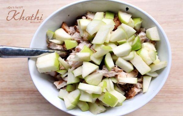 Salad gà với hạt óc chó nhiều dinh dưỡng.