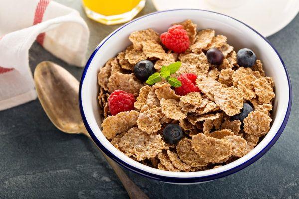 Nên có chế độ ăn uống phù hợp để bổ trợ cho việc giảm cân bằng muối