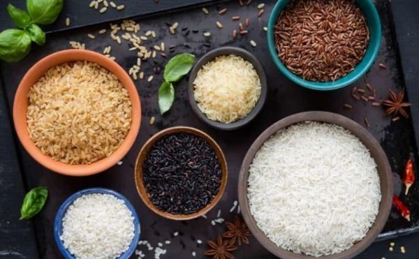 Gạo lứt chứa ít calo và giàu chất xơ hơn gạo trắng