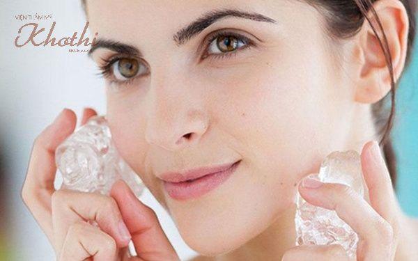 Rửa mặt bằng đá lạnh giúp thon gọn mặt nhanh hơn