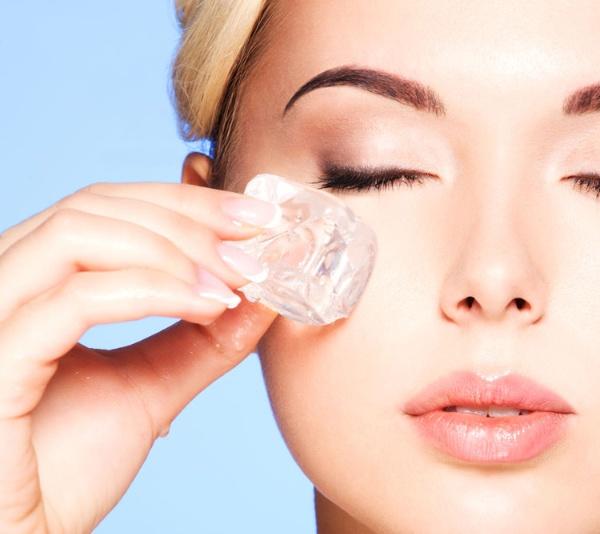 Đá lạnh - nguyên liệu dễ kiếm nhưng lại mang đến hiệu quả cao trong việc làm giảm mỡ mặt