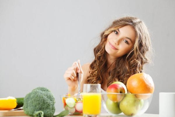 Cung cấp nhiều rau củ quả và trái cây để hỗ trợ trẻ hóa da hiệu quả