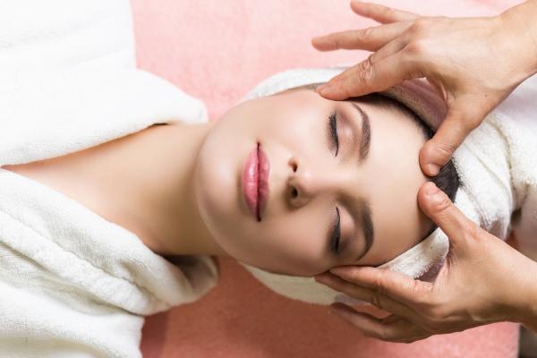 Mát xa da mặt giúp da săn chắc và căng tràn sức sống