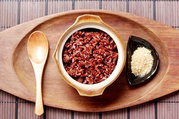 Gạo lứt chứa nhiều dưỡng chất nhưng ít năng lượng hơn gạo tẻ thông thường