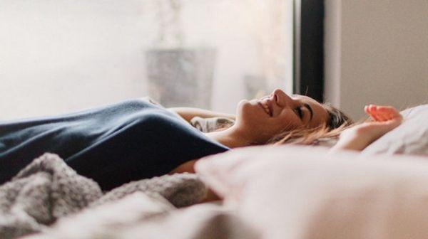 Việc ngủ đủ giấc sẽ giúp mẹ thoải mái tinh thần, giảm cân hiệu quả