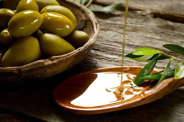 Sử dụng dầu oliu giảm cân bằng cách tác động massage trực tiếp lên cơ thể