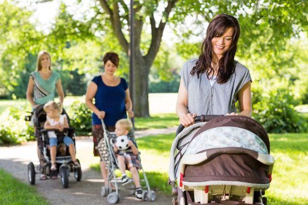 Bạn có thể dành ra 15-20 phút mỗi ngày đi bộ hoặc đẩy xe cùng bé.