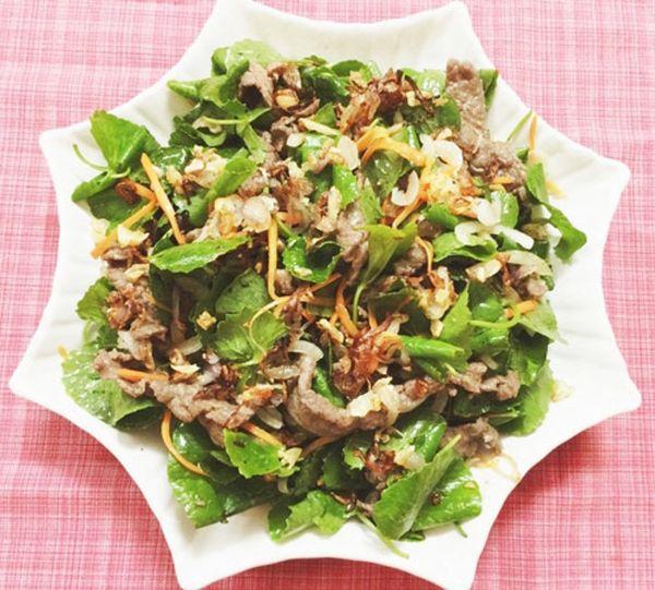Bò trộn rau má đảm bảo cung cấp đủ lượng đạm giúp bạn không bị mất cơ