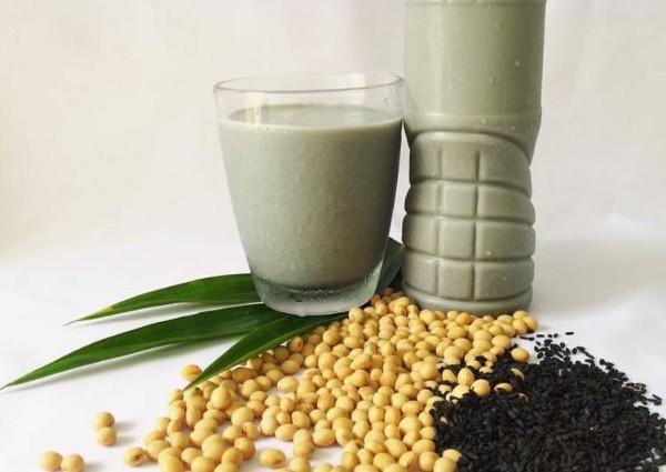 Sữa đậu nành mè đen lá dứa rất tốt cho quá trình giảm cân