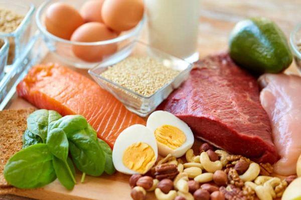 những thực phẩm giàu protein sẽ giúp bạn giảm cảm giác thèm ăn.