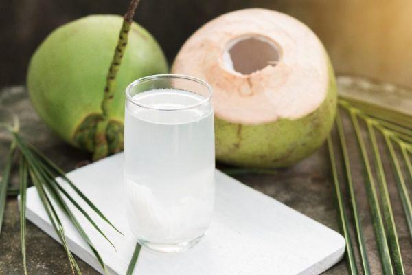 Uống nước dừa tươi tốt cho sức khỏe và giảm cân.